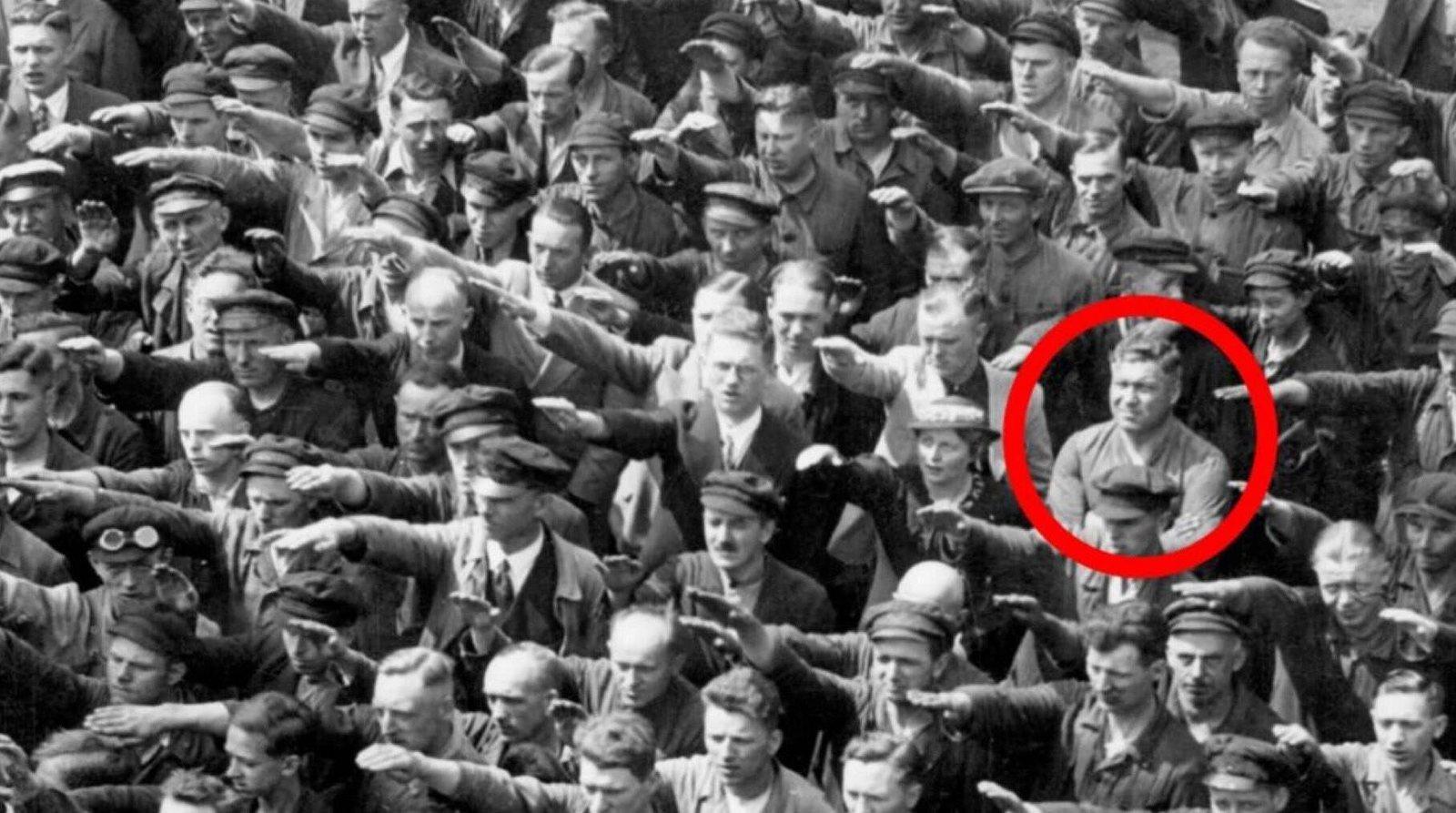Hitler Gruss Einer.jpg